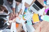 Obchodní tým s rukama - týmová práce pojmy