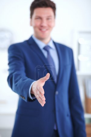 Photo pour Concept d'entreprise et de bureau - homme d'affaires à la main ouverte prêt pour la poignée de main - image libre de droit