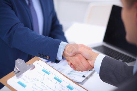 Photo pour Gens d'affaires se serrant la main, pour terminer une réunion, dans le Bureau - image libre de droit