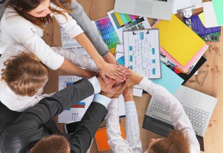 Photo pour Équipe d'affaires mains dans la main - concepts de travail d'équipe - image libre de droit