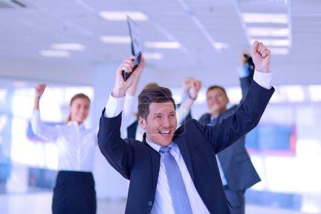 Photo pour Équipe d'affaires célébrant un triomphe avec les bras levés - image libre de droit