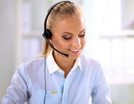 Portrait en gros plan d'un agent du service à la clientèle assis au bureau