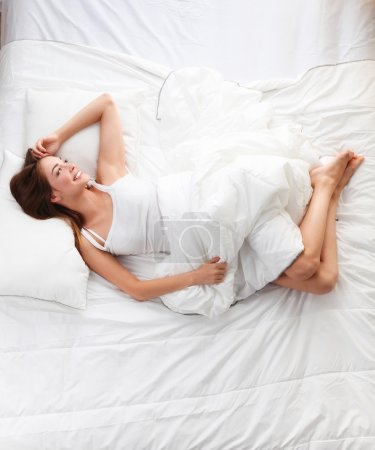 Photo pour Belle fille dort dans la chambre, couchée sur le lit - image libre de droit