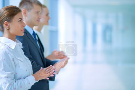 Photo pour Gens d'affaires souriant applaudir une bonne présentation au bureau - image libre de droit