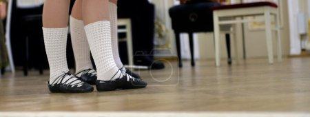 Photo pour Danseurs pieds foulés dans des chaussures douces pour la danse celtique sur scène - image libre de droit