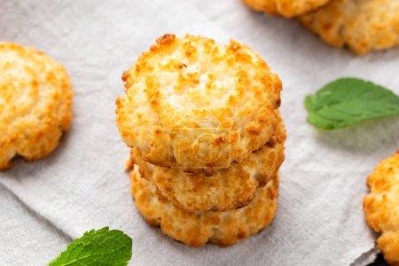 Kekse mit Kokosmakronen, serviert mit einem Glas Milch. Glutenfrei