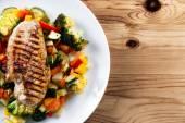 Grilovaná kuřecí řízek, prsa s vařenou zeleninou rajčata, mrkev, papriky, cukety, brokolice na desky