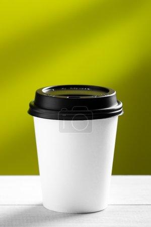 Photo pour Café pour aller sur tableau blanc - image libre de droit