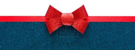 Photo pour Arrière-plan bleu et blanc de vacances avec ruban rouge et archet - image libre de droit