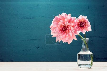 Photo pour Belles fleurs roses dans un vase - image libre de droit