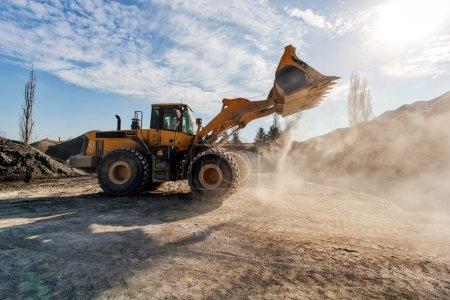Photo pour Construction de routes avec machinerie lourde - image libre de droit