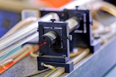 Photo pour Laser rouge sur table optique en laboratoire de physique - image libre de droit