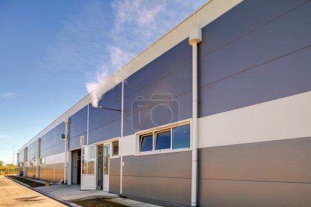 Façade en aluminium sur bâtiment industriel