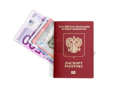 Photo pour Passeport avec billets en euros - image libre de droit