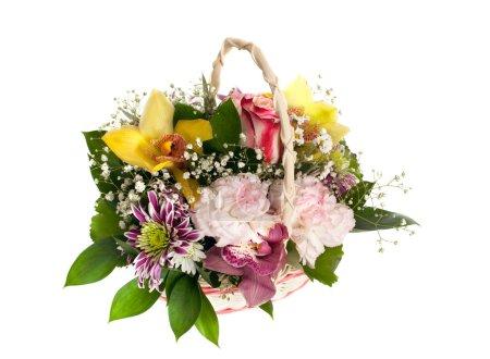 Weidenkorb mit gemischten Blumen