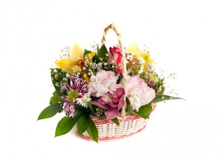 Photo pour Panier en osier de fleurs mixtes sur fond blanc - image libre de droit