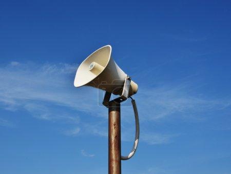 Photo pour Haut-parleur corne vintage pour les relations publiques et fond bleu - image libre de droit