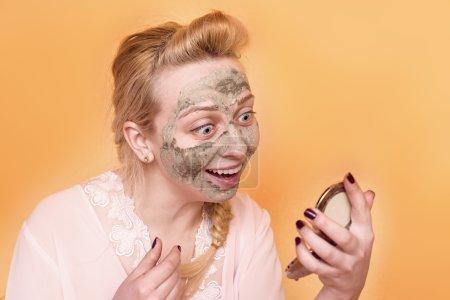 Photo pour Fille met un masque sur son visage dans le miroir - image libre de droit