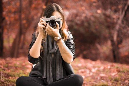 Photo pour Le jeune photographe prenant des photos . - image libre de droit