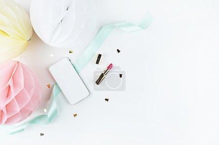 Modélisation de convoitise téléphonique. fond blanc, style de mariage, couleurs pastel .