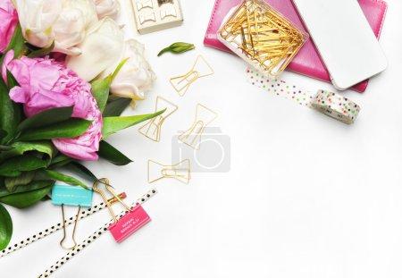 Pivoines fleurs et objets en or. Modèle de fond blanc