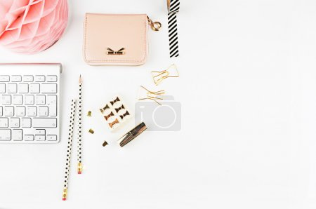 Vue de la table éléments de bureau, fond blanc maquette, bureau femme. Pose plate .