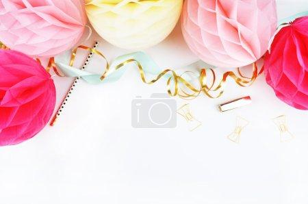 boule de papier de fête, et accessoires femme d'or. fond blanc et maquette