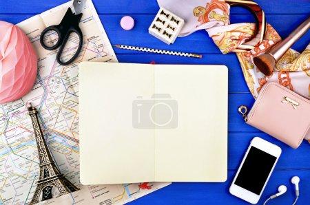 vue table en bois avec papeterie : paris, notebook, carte, crayon, téléphone