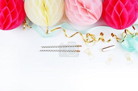boules colorées, fête et style glamour, accessoires dorés. Fond blanc. Couilles blush et jaune., vue sur la table femme