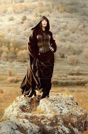 Photo pour Belle jeune fille dans une forêt magique, un conte de fées mystérieux Halloween. Mystérieuse dame. Sorcière et sorcellerie. Couverture de livre - image libre de droit