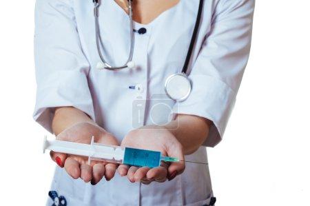 Photo pour Femme visage masque et blanc blouse. médecin ou votre infirmière avec seringue isolé. personne médical de l'assurance maladie - image libre de droit
