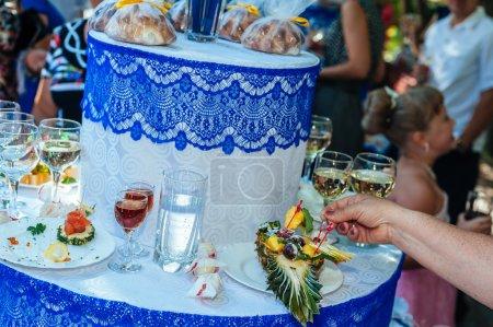 Photo pour Traiteur buffet nourriture intérieure en restaurant de luxe avec fruits colorés de viande et de légumes - image libre de droit
