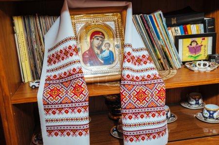 Photo pour Icône traditionnelle et serviette de mariée brodée. religion orthodoxe - image libre de droit