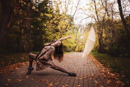 Photo pour Jeune ballerine pose dans le parc - image libre de droit
