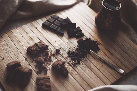 Photo pour Photo vintage d'un petit déjeuner préparé dans une journée ensoleillée d'hiver. Les objets sur la photo rendent toute l'atmosphère plus joyeuse et plus accueillante. Gerat pour créer l'atmosphère - image libre de droit