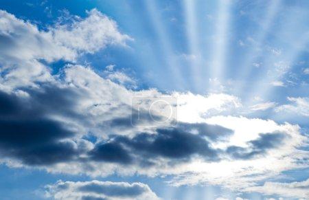 Foto de Hermoso cielo azul con nubes y rayos de sol - Imagen libre de derechos