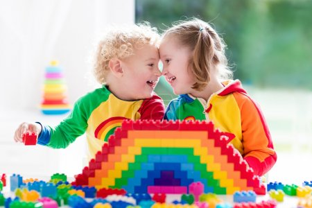Photo pour Enfant jouant avec des jouets colorés. Petite fille et drôle bébé garçon bouclé avec des blocs de jouets éducatifs. Les enfants jouent à la garderie ou à l'école maternelle. Désordre dans la chambre des enfants. Les tout-petits construisent une tour à la maternelle . - image libre de droit