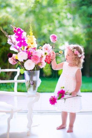 Niña jugando con flores frescas