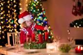 Malá holčička osvětlení svíčky na vánoční večeře