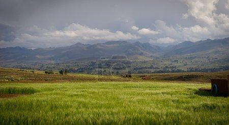 Photo pour Montagnes de Bolivie, altiplano, paysages désertiques et verts, arbres et rochers, sable et eau, ciel et terre. Belle vue sur l'Amérique du Sud. vue sur les villages depuis la fenêtre du bus - image libre de droit