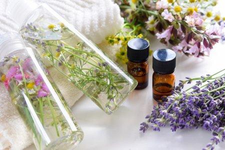 Photo pour Huiles essentielles avec des cosmétiques naturels pour alaernative therepy - image libre de droit