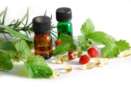 Photo pour Thérapie alternative avec des fruits et des herbes en fond blanc - image libre de droit