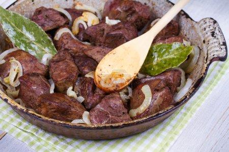 Photo pour Foie sauté avec des oignons dans la casserole - image libre de droit