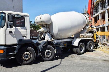 Photo pour Camion malaxeur de ciment sur le chantier de construction - image libre de droit