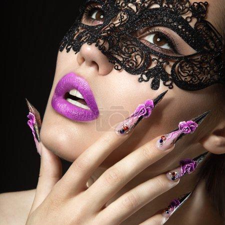 Photo pour Belle fille avec de longs ongles et des lèvres sensuelles. Portrait tourné en studio sur fond noir.Beauté visage . - image libre de droit