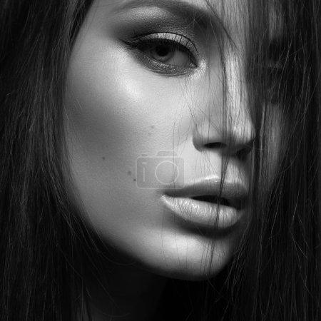 Photo pour Belle femme avec maquillage du soir et longs cheveux raides. Yeux fumés. Photo de mode. Photo prise en studio sur fond noir. Photo noir et blanc - image libre de droit