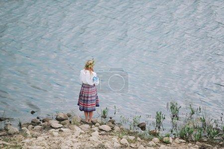 Photo pour Gomel, Belarus - 6 juillet: Every Jule nombreux biélorusses célébrent la fête appelée la nuit d'Ivan Kupala. Gomel, en Biélorussie. La jeune fille en costume national est située sur la rive de la rivière. - image libre de droit