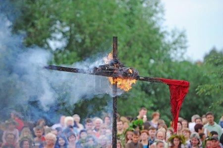 Photo pour Gomel, Belarus - 6 juillet: Every Jule nombreux biélorusses célébrent la fête appelée la nuit d'Ivan Kupala. Gomel, en Biélorussie. Gravure d'une effigie. - image libre de droit
