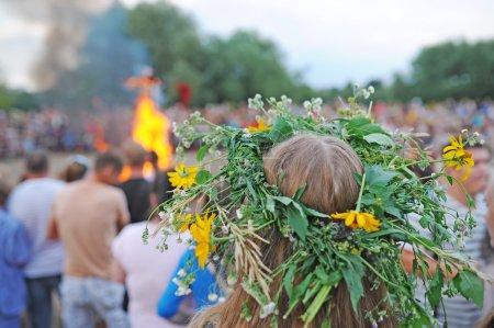 Photo pour Gomel, Belarus - 6 juillet: Every Jule nombreux biélorusses célébrent la fête appelée la nuit d'Ivan Kupala. Gomel, en Biélorussie. La jeune fille avec une couronne de fleurs sur la tête. - image libre de droit