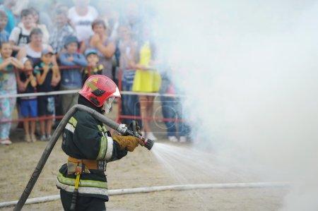 Photo pour Gomel, Belarus - 6 juillet: Every Jule nombreux biélorusses célébrent la fête appelée la nuit d'Ivan Kupala. Gomel, en Biélorussie. Le pompier éteint le feu. - image libre de droit